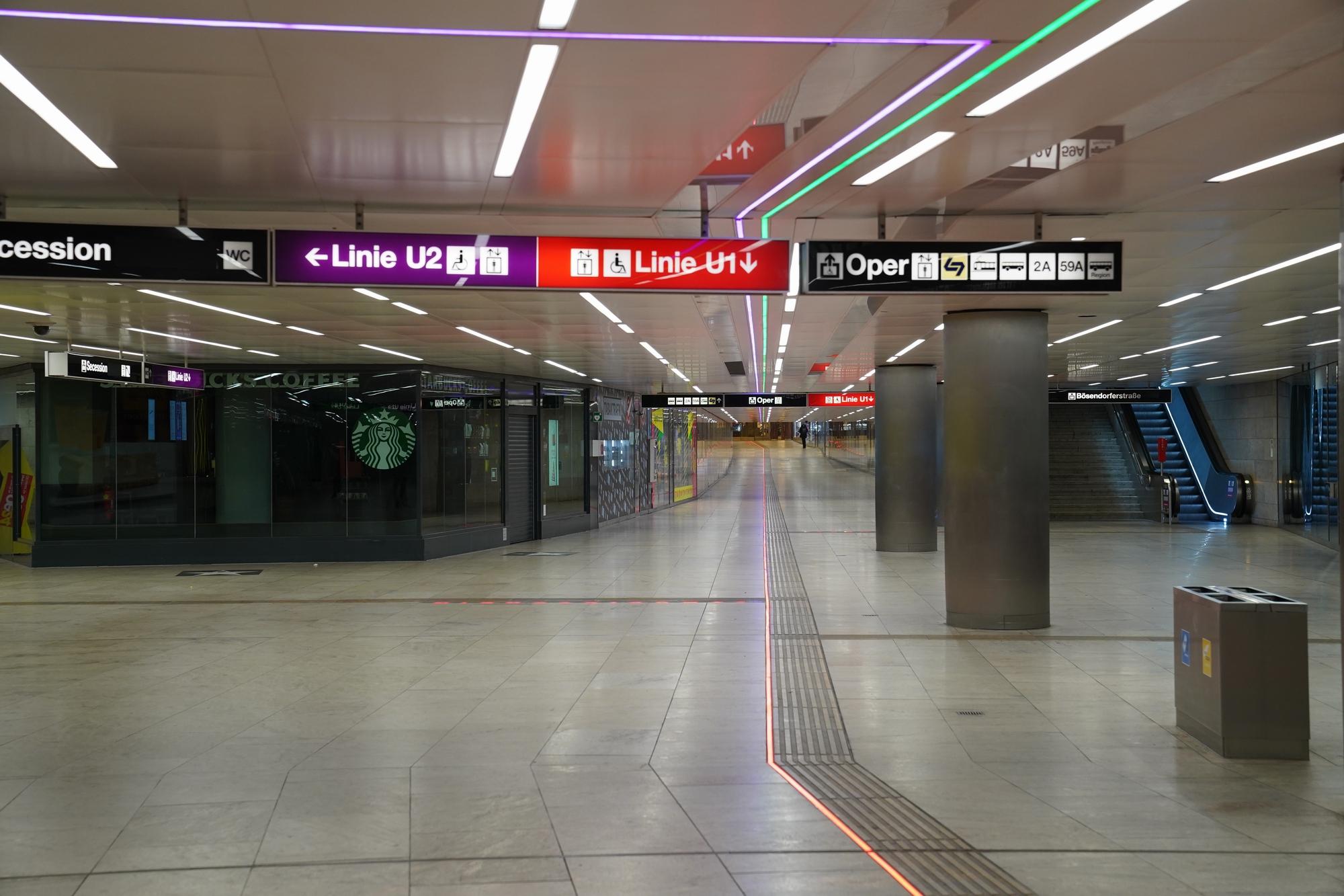 Pasage del Metro en el Karlsplatz, abandonado  por el  Virus Chino