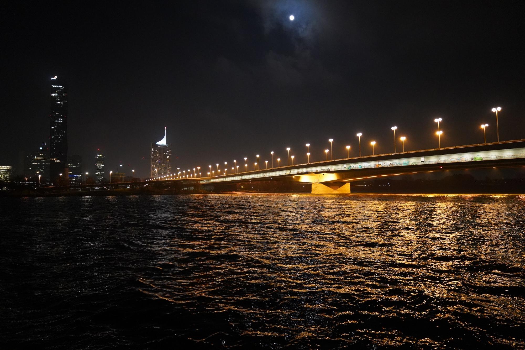 Reichsbrücke  - Puente sobre el Danubio  ( 2  Carriles del Metro,  6 Carriles de Carros , 2 vias de ciclismo )
