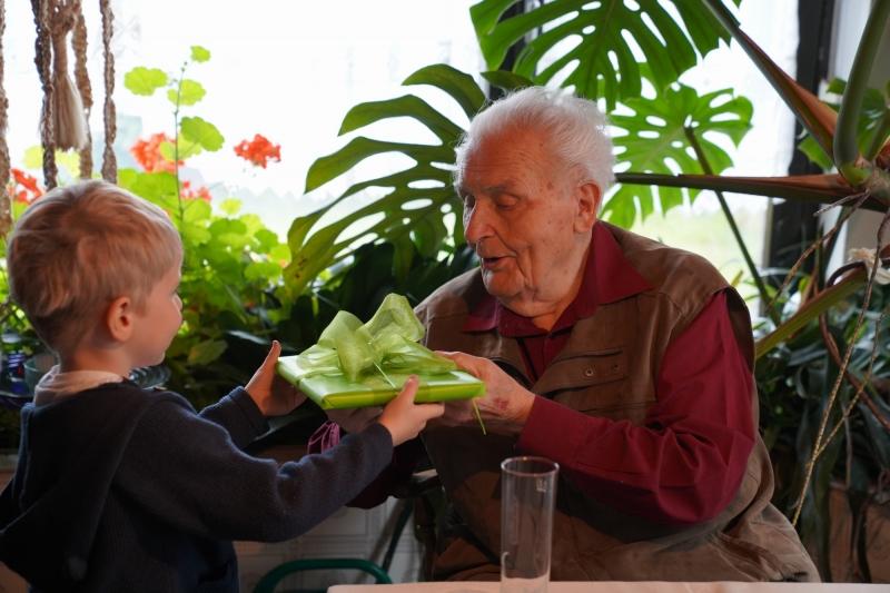 Hans, receiving  present from Leonard ( Hans junior´s grandson )